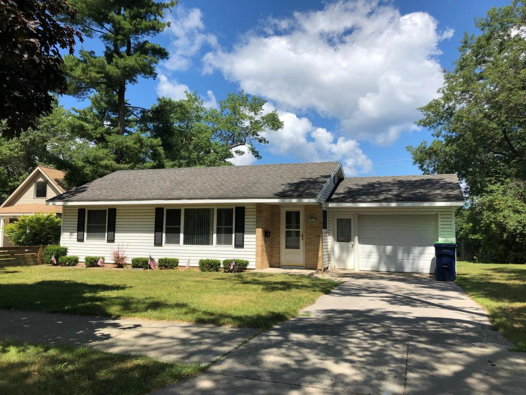 Amazing S Garfield Ave And E State St Traverse City Mi 49686 2 Bed 1 Bath Single Family Home For Rent 9 Photos Trulia Home Interior And Landscaping Ologienasavecom
