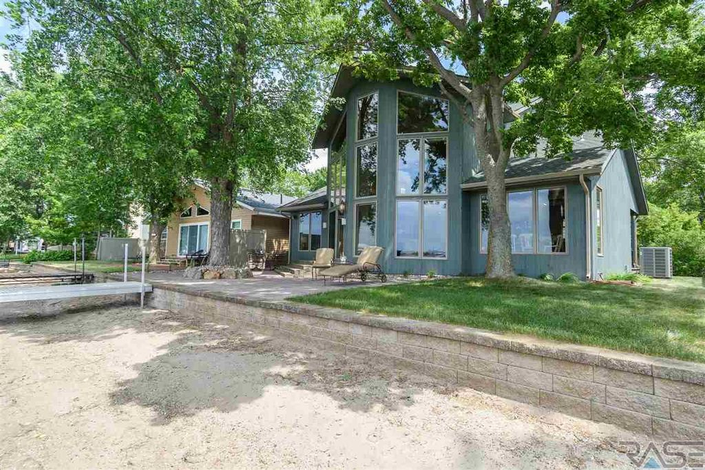 6776 Smith Dr, Wentworth, SD 57075