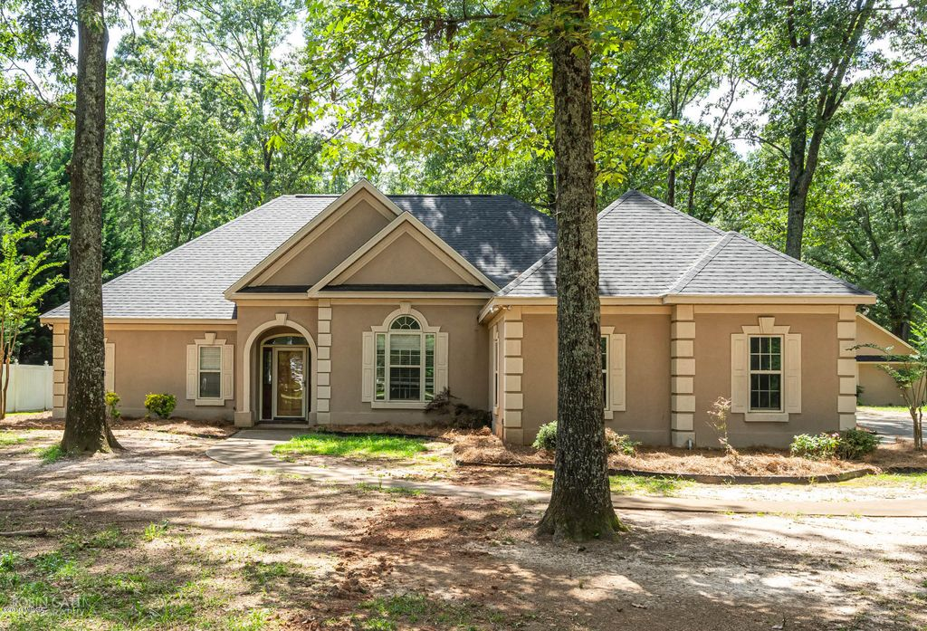 Excellent 133 N Pointe Blvd Macon Ga 3 Bath Single Family Home Beutiful Home Inspiration Ponolprimenicaraguapropertycom